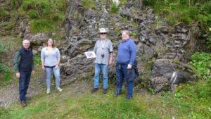 ertreter des Regionalverbandes Harz (links) und des Oberharzer Geschichts- und Museumsvereins (rechts) am Aufschluss im Kellwassertal
