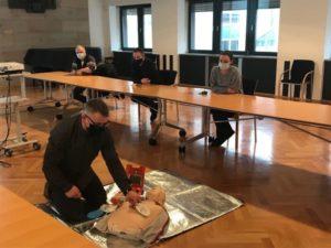 Stadtverwaltung stellt zwei Defibrillatoren bereit und schult Mitarbeiter