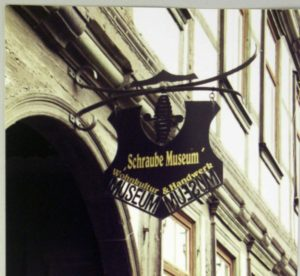 Schraube Museum. Museumsschild am Haus Voigtei 48
