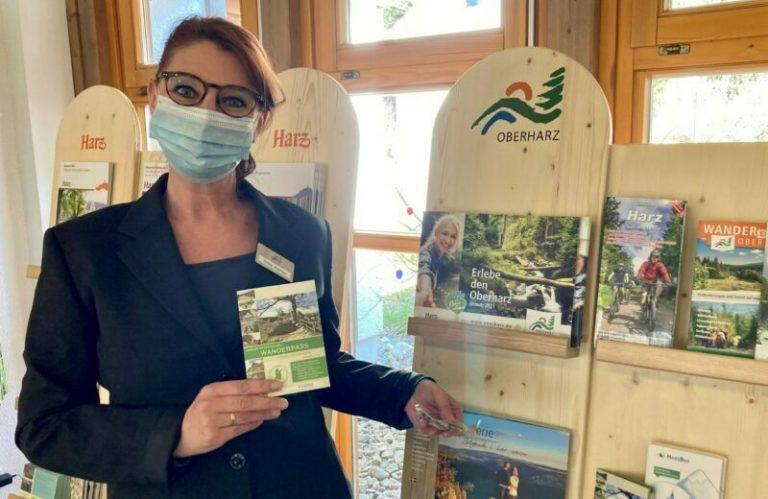 Silke Alonso von der Tourist-Information Altenau berät zu Freizeitmöglichkeiten vor der eigenen Haustür, Bild: Tourist-Informationen Oberharz