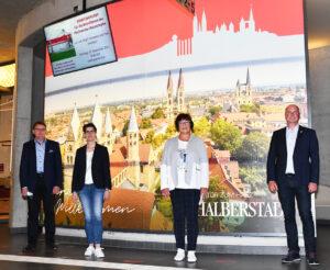 """Halberstadt sagt im Bahnhof sichtbar """"Herzlich willkommen"""""""